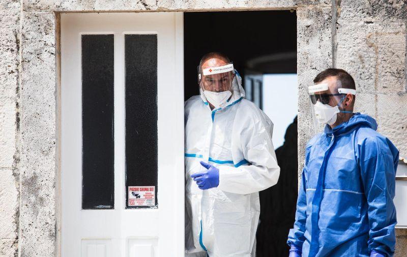 09.05.2020., Nerezisca, Brac - U zgradi Opcine Nerezisca u tijeku je testiranje na COVID-19. Mjestani koji su na popisu za testiranje okupili su se ispred zgrade i cakaju da ih se prozove. Photo: Milan Sabic/PIXSELL