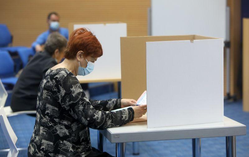 16.05.2021., Karlovac - Brojni gradjani izasli su na biracka mjesta i glasali za kandidate na listama za lokalne izbore.  Photo: Kristina Stedul Fabac/PIXSELL