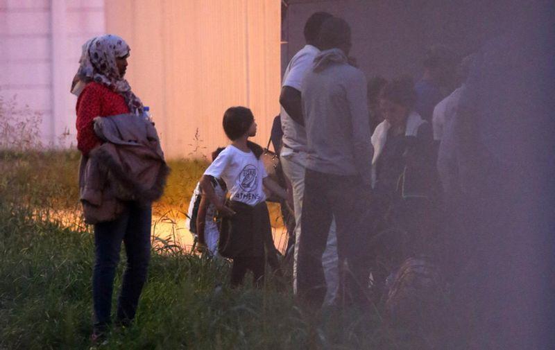16.09.2015., Jezevo - U prihvatni centar za strance stigao je cetvrti autobus s izbjeglicama iz Sirije. Nakon sto je Madjarska jucer zatvorila granice, izbjeglice su najprije stigle do Sida, a potom su presle granicu i u Tovarniku usle u Hrvatsku. Prihvatni centar za strance ocekuje 311 osoba.  Photo: Borna Filic/PIXSELL