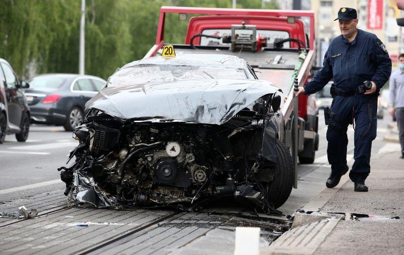 26.04.2021., Zagreb - Prometna nesreca na Aveniji Dubrava gdje je vozac osobnog automobila izgubio kontrolu nad vozilom, udario u nekoliko parkiranih vozila te se prevrnuo na krov. Photo: Matija Habljak/PIXSELL