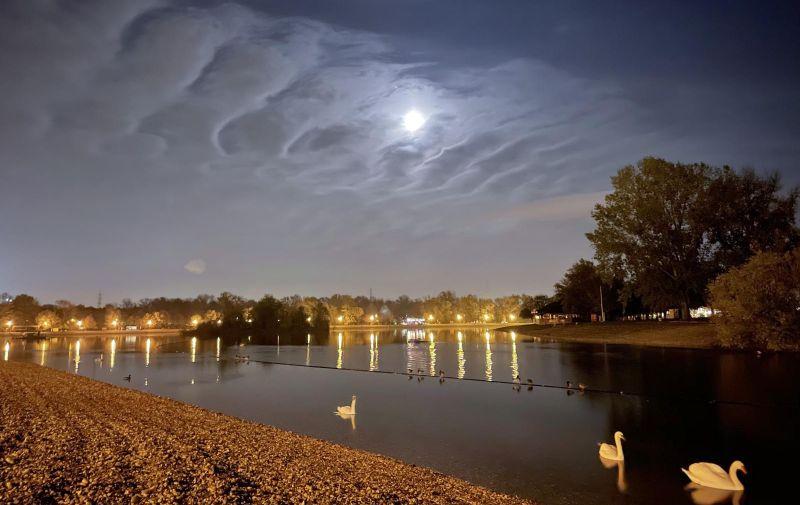 29.10.2020., Zagreb - Nocni jesenski ugodjaj uz mjesecinom obasjanom jezero Jarun. Photo: Borna Filic/PIXSELL