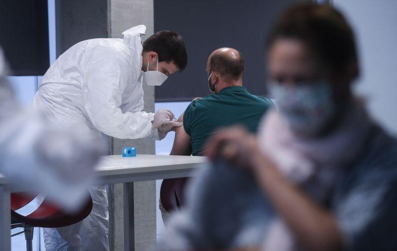 13.11.2020.Z,agreb - Ilustracija za cjjepljenje protov gripe. Ove je godine nabavljeno 460.000 doza, sto je nesto vise od procijenjenih potreba pocetkom godine. Hrvatski zavod za javno zdravstvo ove godine je narucio cetverovalentno cjepivo protiv sezonske gripe koje ce kao i dosadasnjih godina biti besplatno za osobe koje imaju povecani rizik od komplikacija gripe. Sastav ovogodisnjeg cjepiva protiv gripe sukladan je preporuci Svjetske zdravstvene organizacije za ovu sezonu, a temelji se na rezultatima kontinuiranog pracenja genskih i antigenskih osobina cirkulirajucih virusa gripe u prethodnoj sezoni.Photo: Zeljko Lukunic/PIXSELL