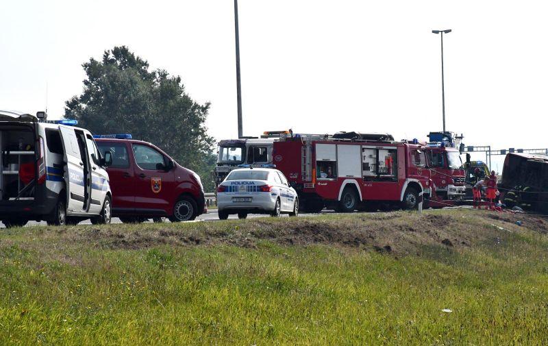 25.07.2021. Slavonski Brod - U slijetanju autobusa kosovskih oznaka na autocesti A3 kod Slavonskog Broda u nedjelju ujutro poginulo nekoliko ljudi dok je nekoliko desetaka ozljedjeeno.  Photo: Ivica Galovic/PIXSELL
