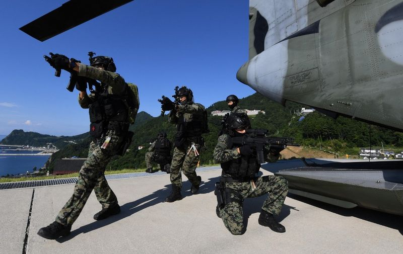 """This handout photo taken on August 25, 2019 and provided by South Korean Navy shows South Korean Army's special forces participating in a military drill re-named """"East Sea territory defence training"""" at the easternmost islets of Dokdo. - South Korea on August 25 began two days of war games to practise defending disputed islands off its east coast against an unlikely attack from Japan, further stoking tensions between the Asian neighbours. (Photo by handout / various sources / AFP) / RESTRICTED TO EDITORIAL USE - MANDATORY CREDIT """"AFP PHOTO / South Korean Navy"""" - NO MARKETING NO ADVERTISING CAMPAIGNS - DISTRIBUTED AS A SERVICE TO CLIENTS"""