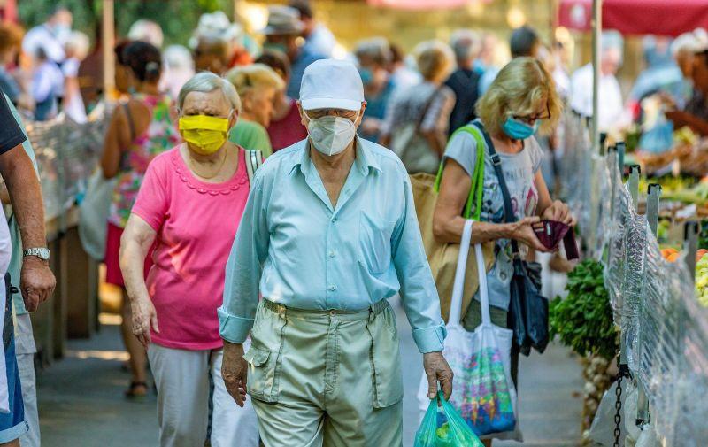28.08.2020., Pula - Na pulskoj zelenoj trznici i ribarnici najveca je guzva. Vecina kupaca i to onih starije dobi odgovorno nosi maske i pokusava drzati preporuceni razmak. Photo: Srecko Niketic/PIXSELL