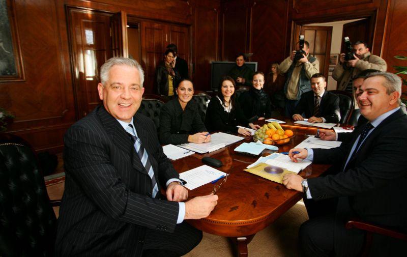 08.11.2007., Zagreb - Jedan dan s predsjednikom stranke tijekom predizborne kampanje, Ivo Sanader (HDZ) sa suradnicima na sastanku u sredisnjici HDZ-a. Photo: Zeljko Lukunic/PIXSELL