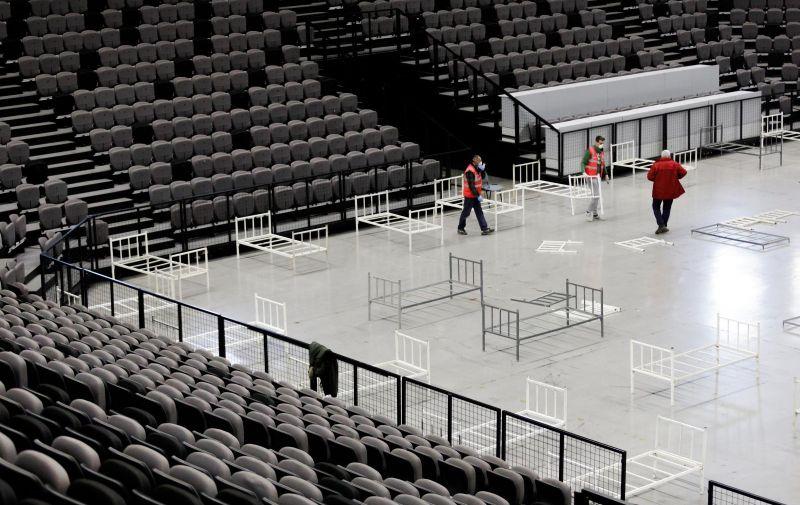 23.03.2020., Split - Volonteri Crvenog kriza zapoceli s postavljanjem kreveta u Spaladium areni koja ce sluziti kao prihvatni centar za oboljele od koronavirusa u Splitsko-dalmatinskoj zupaniji. Photo: Milan Sabic/PIXSELL