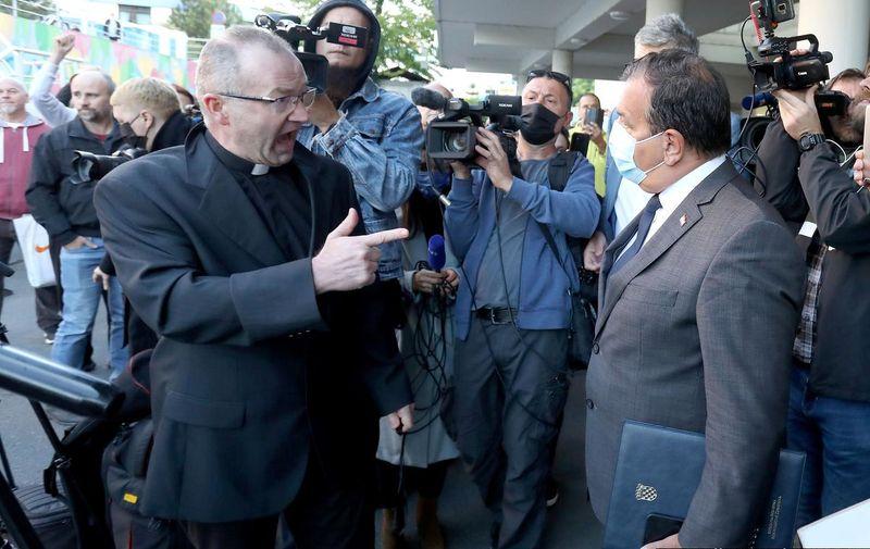 """Među najglasnijim prosvjednicima bio je svećenik Zdravko Knežević. On je jutros za portal Index objasnio kako je """"pandemija izmišljena""""."""