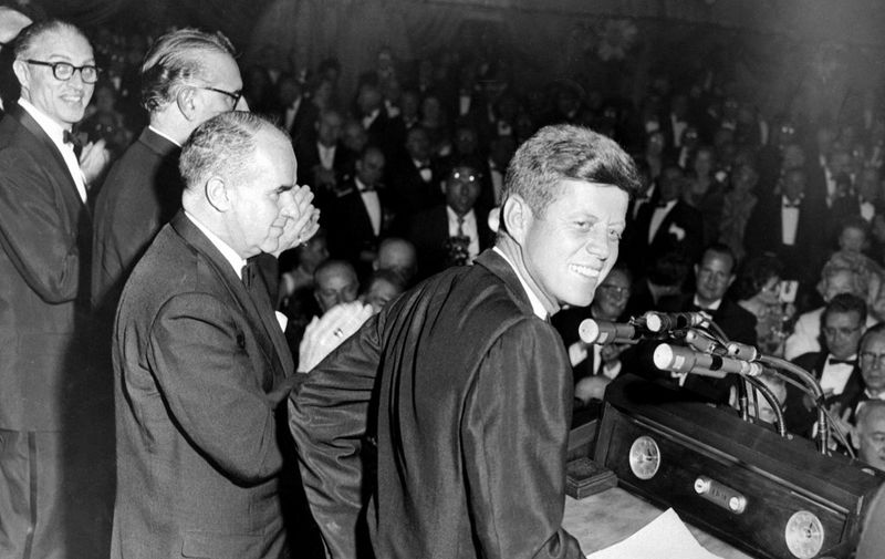 John F. Kennedy prononce un discours à New York City, lors de la campagne électorale du 14 mai 1960.  A photo dated 14 May 1960 shows Democratic Nominee John F. Kennedy during his Presidential Campaign in New York City. (Photo by AFP)