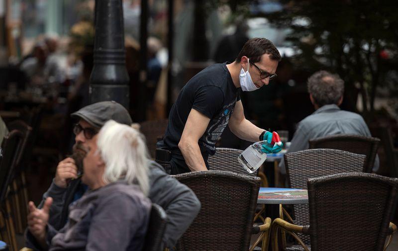 Između svakog naplaćivanja konobar mora dezinficirati ruke. (Preradovićeva ulica)