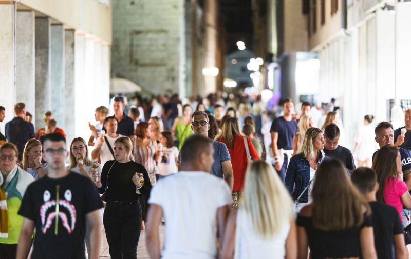 18.08.2020., Zadar - Turisti na ulicama Zadra.  Photo: Marko Dimic/PIXSELL