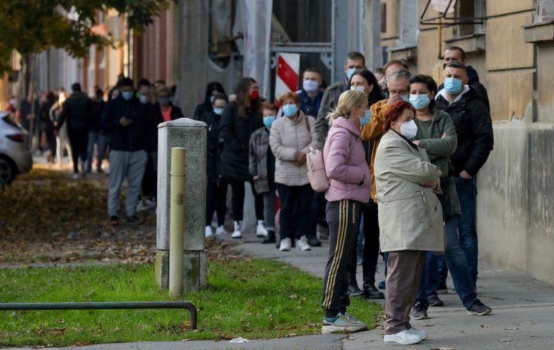 27.10.2020., Osijek - Porastom broja oboljelih od COVID- 19 povecava se i broj onih koji trebaju obaviti testiranje. Zbog toga se pred Zavodom za dermatologiju i venerologiju svakodnevno stvaraju redovi ljudi koji cekaju uzimanje brisa na SARS-CoV-2. Photo: Dubravka Petric/PIXSELL