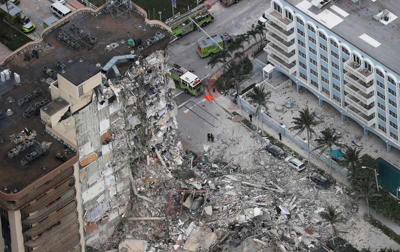 SURFSIDE, FLORIDA - JUNE 24: Search and Rescue personnel work after the partial collapse of the 12-story Champlain Towers South condo building on June 24, 2021 in Surfside, Florida. It is unknown at this time how many people were injured as search-and-rescue effort continues with rescue crews from across Miami-Dade and Broward counties.   Joe Raedle/Getty Images/AFP (Photo by JOE RAEDLE / GETTY IMAGES NORTH AMERICA / Getty Images via AFP)