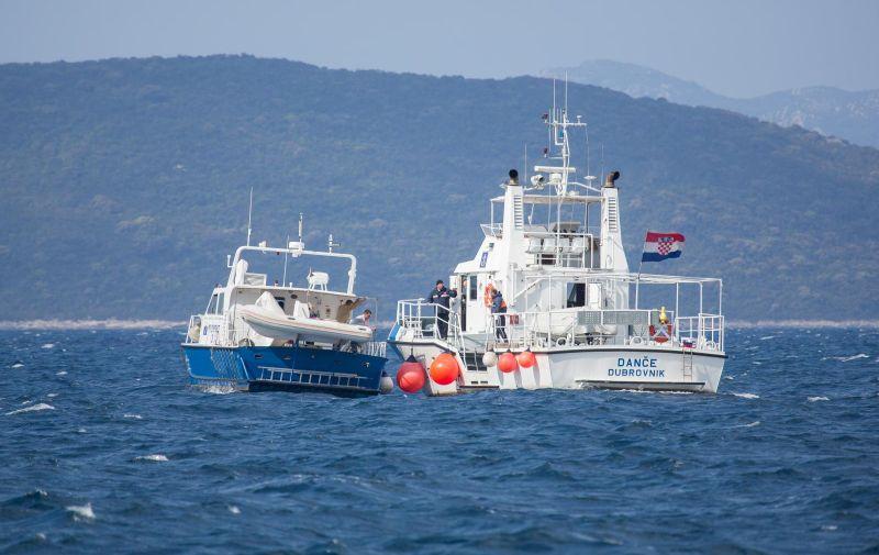 26.04.2017., Dubrovnik - U sudaru broda Lucke kapetanije Dance i gumenjaka sinoc su u Kolocepskom zaljevu poginule tri osobe osobe. Cetvero ih se smatra nestalima i za njima se traga. Dvojica su ozlijedjena. Brod Lucke kapetanije isao je na intervenciju na Mljet, a na gumenjaku je bilo devetero ugostitelja koji su se vracali s otoka Sipana gdje su pripremali restoran za otvaranje i turisticku sezonu. U potraznu akciju za nestalima ukljucena su tri plovila Lucke kapetanije Dubrovnik s lijecnickom pratnjom, sluzbeni policijski brod te motorni trajekt Hanibal Lucic. Putem Obalne radio postaje ORP Dubrovnik-radio emitira se poruka pogibli kategorije Mayday Relay prema svim sudionicima u pomorskom prometu. U potrazi sudjeluje i brod Dance, a ometa ih jak vjetar.  Photo: Grgo Jelavic/PIXSELL