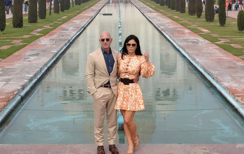 Chief Executive Officer of Amazon Jeff Bezos (L) and his girlfriend Lauren Sanchez pose for a picture during their visit at the Taj Mahal in Agra on January 21, 2020. (Photo by Pawan Sharma / AFP) / ALTERNATE CROP