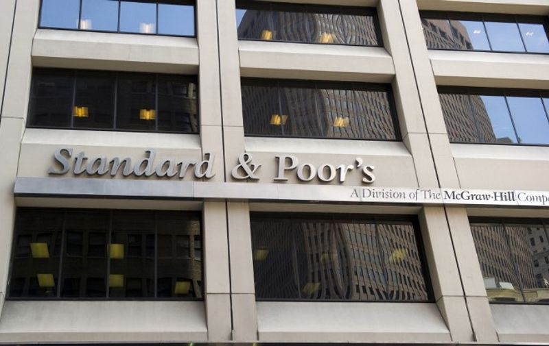 The front of the New York offices of Standard & Poor's August 18, 2011 in New York. US bond yields have been falling since the beginning of the month and have sharpened their drop, paradoxically, since Standard & Poor's lowered the country's credit rating a notch from AAA on August 5. AFP PHOTO/DON EMMERT / AFP PHOTO / DON EMMERT