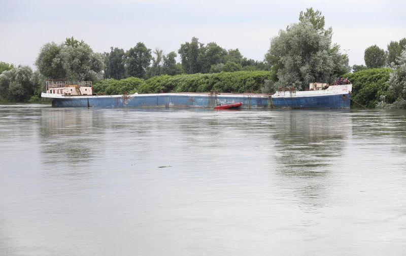 19.07.2021., Zagreb - Vatrogasci osiguravaju teglenicu na rijeci Savi koja se pomaknula. Photo: Marin Tironi/PIXSELL