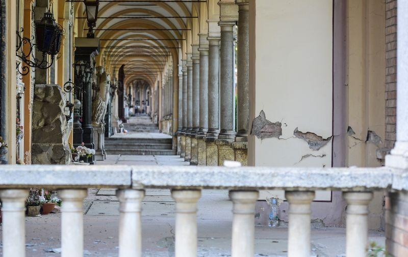 21.04.2020., Zagreb - Groblje Mirogoj oznaceno oznakama za snimanje arkada prilikom rekonstrukcije i napravljeni su drveni tuneli na glavnom ulazu zbog sigurnosti gradjana. Photo: Marko Prpic/PIXSELL