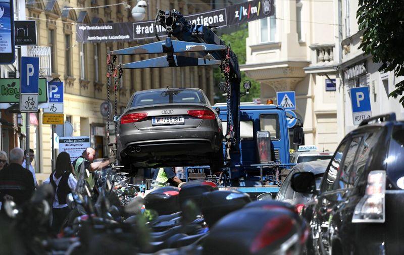 07.05.2015., Zagreb - Podizanjem nepropisno parkiranog vozila u Gajevoj ulici, nastao kraci zastoj u prometu. Photo: Zarko Basic/PIXSELL