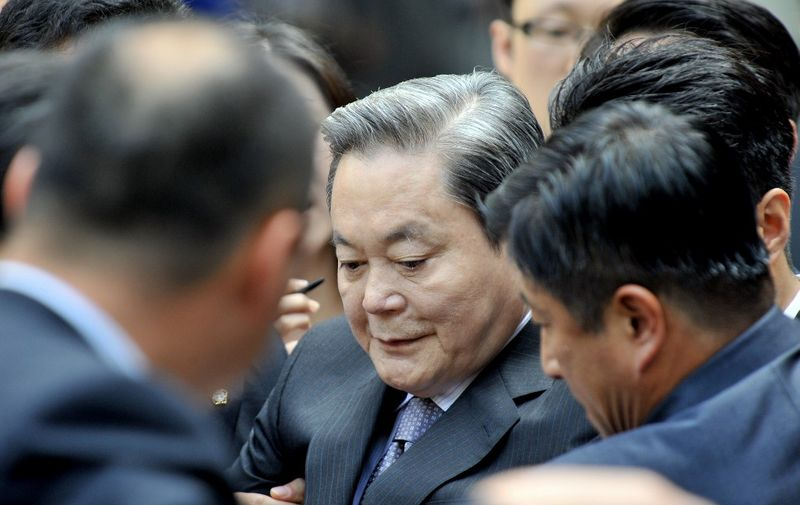 Lee Kun-Hee (C), former Samsung Group chairman, leaves after his trial as reporters ask him questions at the Seoul High Court in Seoul on August 14, 2009.  The court sentenced former Samsung group chairman Lee Kun-Hee to a suspended three-year prison term and a fine of 110 billion won (89.2 million USD) after convicting him over a bond deal. AFP PHOTO/JUNG YEON-JE (Photo by JUNG YEON-JE / AFP)