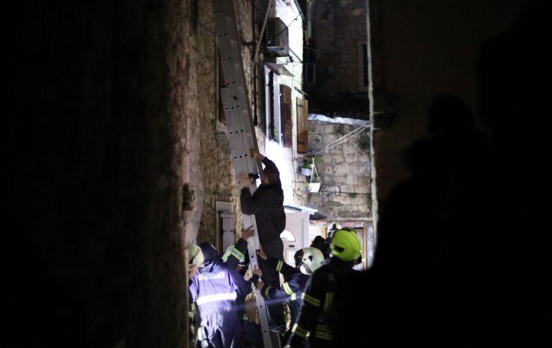 19.04.2021., Trogir - U samom sredistu starog dijela Trogira izbio pozar u potkrovlju kuce. Svi rasplozivi vatrogasci su na terenu.   Photo: Ivo Cagalj/PIXSELL
