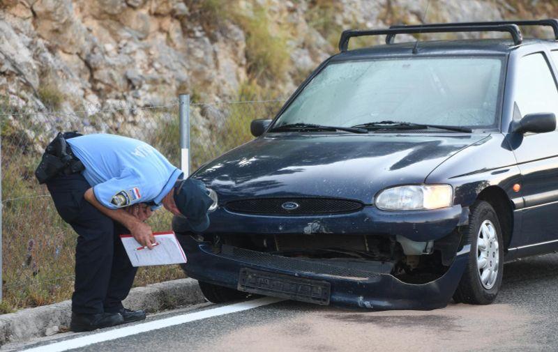 08.06.2021., Vrpolje - Automobil naletio na kamen koji je uslijed potresa pao na cestu kod Vrpolja. Photo: Hrvoje Jelavic/PIXSELL