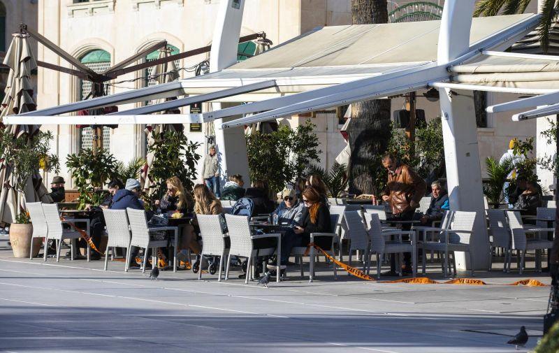 30.11.2020., Split - Bura je potrgala trake koje su postavili pripadnici Civilne zastite na stekate kafica, a to su Splicani brzo iskoristili za sjesti sa svojim 'kavama za van'. Photo: Miroslav Lelas/PIXSELL