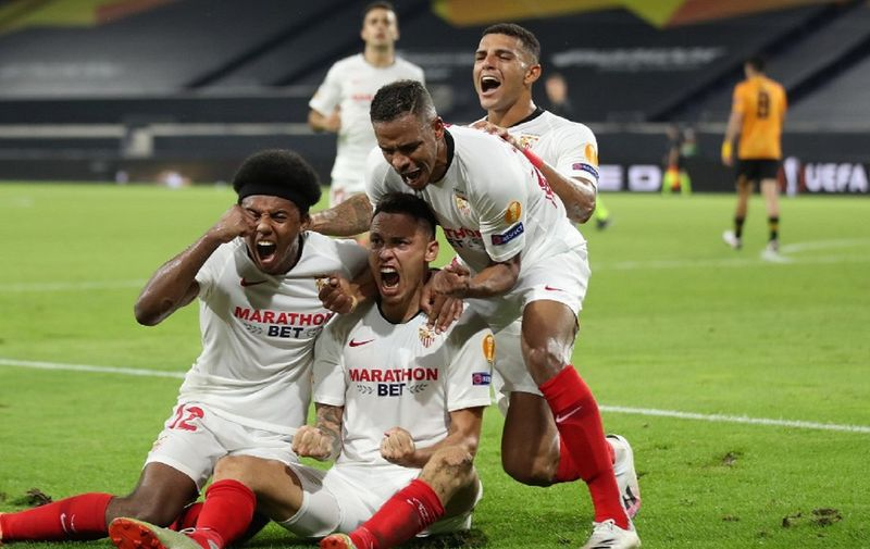 Sevilla's Argentinian midfielder Lucas Ocampos (C) celebrates scoring his team's first goal during the UEFA Europa League quarter-final football match Wolverhampton Wanderers v Sevilla at the MSV Arena on August 11, 2020 in Duisburg, western Germany. (Photo by Friedemann Vogel / POOL / AFP)