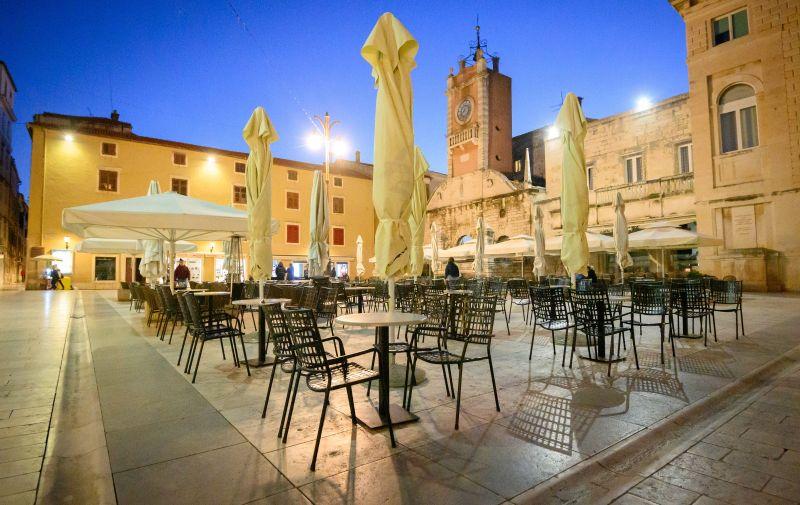 08.04.2021., Zadar - U sklopu novih epidemioloskih mjera, po odluci Stozera, svi kafici u gradu se zatvaraju u 20 sati.  Photo: Dino Stanin/PIXSELL