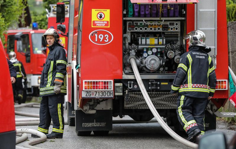 13.05.2019, Zagreb - Vatrogasci gase kroviste kuce u ulici Kancelak. Photo: Jurica Galoic/PIXSELL