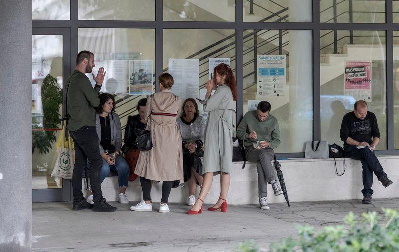 06.10.2021., Split - Treci dan za redom prosvjednici prosvjeduju ispred Centra za socijalnu skrb zbog cijepljenja i testiranja.