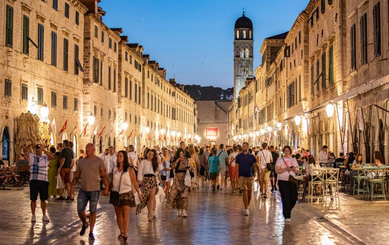 21.07.2021., Stara gradska jezgra, Dubrovnik - Pun Stradun i jos puniji restorani u kojima se ceka red za mjesto.  Photo: Grgo Jelavic/PIXSELL