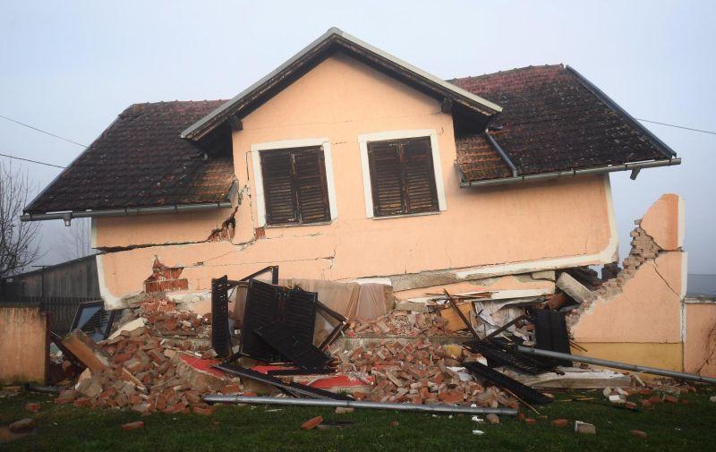 30.12.2020., Glina -Posljedice jucerasnjeg potresa u Glini. Snazan potres pogodio je jucer Hrvatsku, epicentar potresa magnitude 6.2 je bio 3 kilometra od Petrinje.: Marko Lukunic/PIXSELL