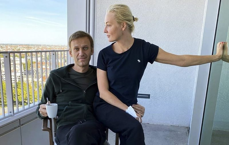 "This handout picture posted on September 21, 2020 on the Instagram account of @navalny shows Russian opposition leader Alexei Navalny and his wife Yulia Navalnaya in Berlin's Charite hospital. - Russian opponent Alexei Navalny posted a photo on Instagram showing him and his wife Yulia Navalnaya posing for a picture in the German hospital where he is being treated, proof of his recovery from his suspected poisoning in late August. (Photo by - / Instagram account @navalny / AFP) / RESTRICTED TO EDITORIAL USE - MANDATORY CREDIT ""AFP PHOTO / Instagram account @navalny / handout"" - NO MARKETING - NO ADVERTISING CAMPAIGNS - DISTRIBUTED AS A SERVICE TO CLIENTS - ALTERNATIVE CROP -"