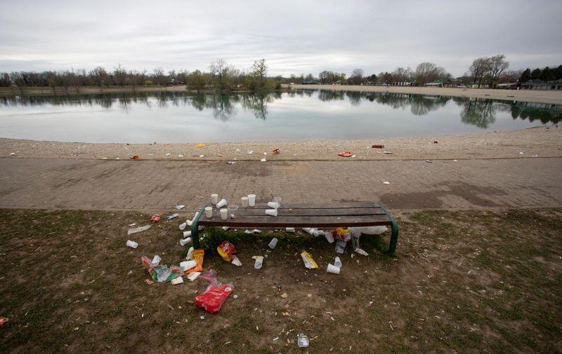 28.03.2021., Zagreb - Smece uz obalu jezera Jarun koje mladi ostave iza sebe nakon nocnog provoda. Photo: Davor Puklavec/PIXSELL
