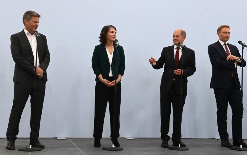(L-R) Co-leaders of Germany's Greens (Die Gruenen) Robert Habeck and Annalena Baerbock, German Finance Minister, Vice-Chancellor and the Social Democratic SPD Party's candidate for chancellor Olaf Scholz and the leader of Germany's free democratic FDP party Christian Lindner give a statement following a session of exploratory talks between leading members of the social democratic SPD party, the Greens and the free democratic FDP party on October 15, 2021 in Berlin. - Germany's Social Democrats, Greens and liberal FDP have forged a preliminary agreement to build the country's next government, Olaf Scholz said after a series of three-way discussions. (Photo by CHRISTOF STACHE / AFP)