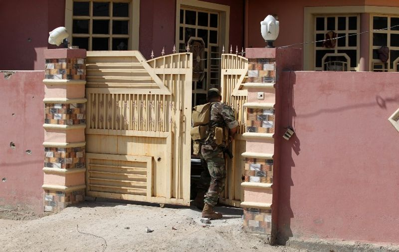 Iraqi government forces inspect a house in the Saqlawiyah area, north west of Fallujah, during an operation to regain control of the area from the Islamic State group on June 2, 2016.  Iraqi forces launched an offensive a week ago to recapture Fallujah, which became an IS group stronghold after its fighters seized the city in January 2014. / AFP PHOTO / AHMAD AL-RUBAYE