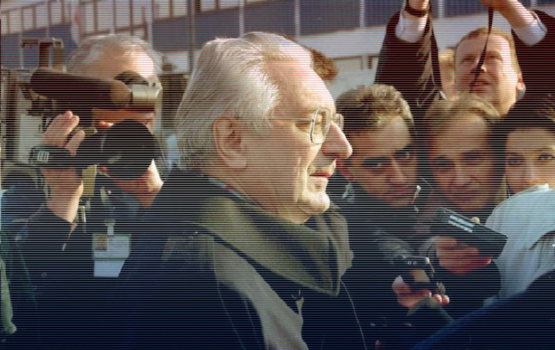 Croatian President Franjo Tudjman (C) is mobbed by reporters at Zagreb airport 22 November, returning from the Bosnian peace talks in Dayton, Ohio. Tudjman and Presidents Alija Itzetbegovic of Bosnia and Slobodan Milosevic of Serbia initialed 21 November a US-brokered peace plan for Bosnia after three weeks of intense negotiations.     AFP PHOTO / AFP / HINA