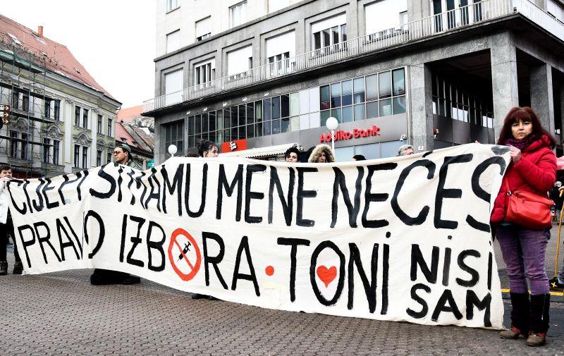 5.12.2020., Zagreb - Prosvjed protiv mjera stozera na Trgu bana Josipa Jelacica uz osiguranje policije. Photo: Zoe Sarlija/PIXSELL