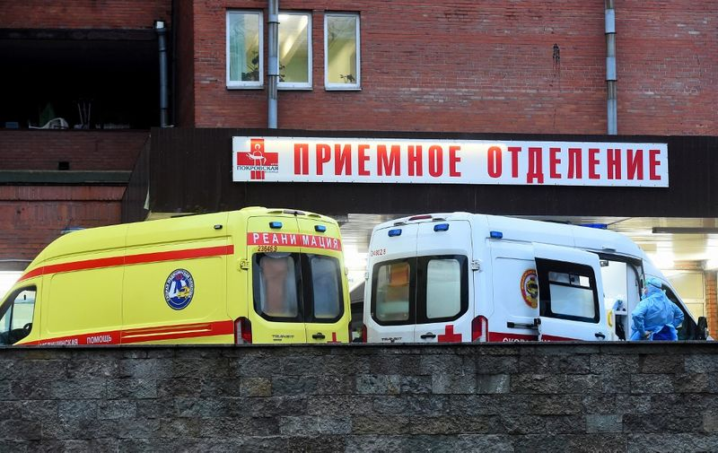 Ambulances queue outside Saint Petersburg's Pokrovskaya hospital, where patients suffering from the coronavirus disease are treated, on December 21, 2020. - Russia on December 21, 2020 reported a new record increase in coronavirus infections, as some experts said the pandemic had hit the country harder than government statistics suggest. Health officials reported 493 new virus deaths and 29,350 cases, bringing total infections to 2,877,727 -- the fourth-highest in the world. Moscow and the second city of Saint Petersburg were the hardest hit, recording 7,797 and 3,752 new cases. Authorities in Saint Petersburg said that less than 4 percent of hospital beds remained available in the city of some 5 million people. (Photo by Olga MALTSEVA / AFP)