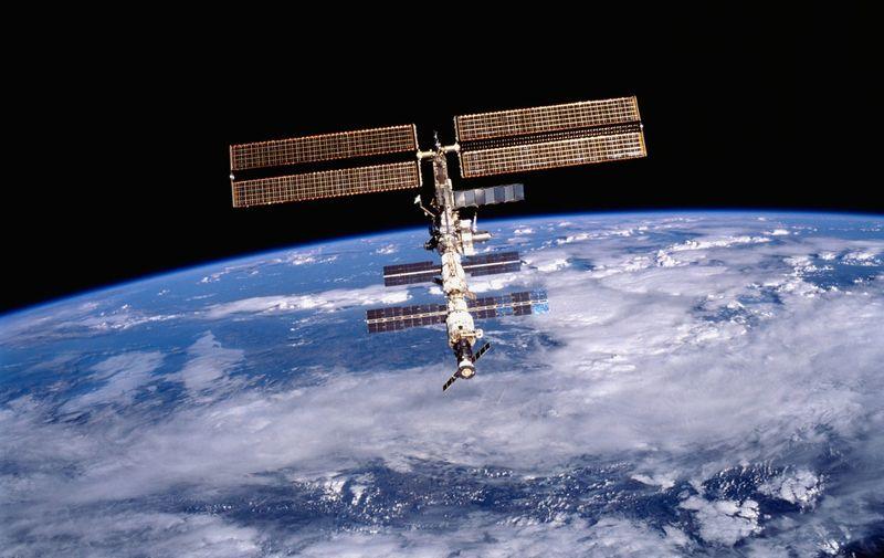 Međunarodna svemirska postaja (ISS) proslavila je ovaj tjedan svoj devedeseti rođendan, točnije, dva desetljeća od lansiranja njenog prvog modula u orbitu Zemlje. Od studenog 2000. godine, kada su NASA-in astronaut Bill Shepherd i ruski kozmonauti Sergei Krikalev i Yuri Gidzenko postali prvi ljudi koji su dulje vrijeme boravili na ISS-u, više od 230 različitih ljudi posjetilo je 150 milijardi dolara vrijednu svemirsku stanicu.