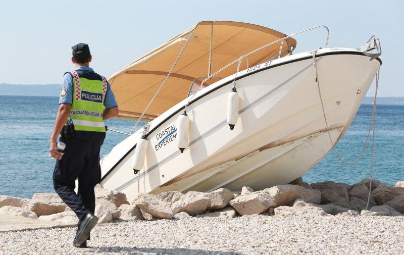 29.08.2017., Split - Na plazi Trstenik jutros je na obalu izletio gliser nakon sto je osoba koja je upravljala plovilom izgubila kontrolu. U nezgodi nije bilo ozlijedjenih.  Photo: Miranda Cikotic/PIXSELL