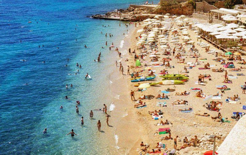 20.08.2020., Dubrovnik - Plaza Banje puna posjetitelja. Photo: Grgo Jelavic/PIXSELL