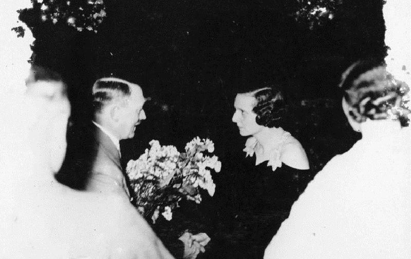 1934 Adolf Hitler begrüßt Leni Riefenstahl. Zentralbild