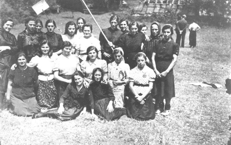 U okrivima AFŽ-a, žene su mogle raspravljati o brojnim društvenim i političkim temama, te su nastojale u svoj rad uključiti žene iz svih krajeva Jugoslavije. Osnovani su pokrajinski odbori, kao i odbori u selima i gradovima. Žene su se tamo mogle informirati, educirati, samoorganizirati i aktivirati za djelovanja AFŽ-a. <br> <br> Na slici je AFŽ u Čitluku.