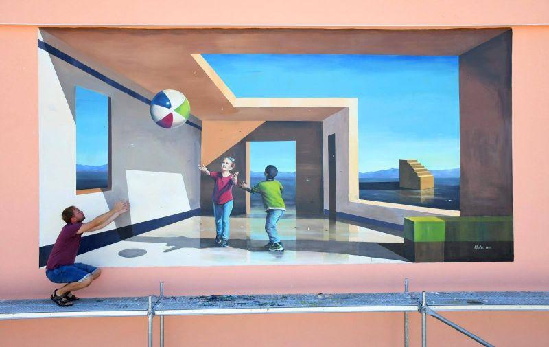 Prikazuje djecu kako se igraju loptom
