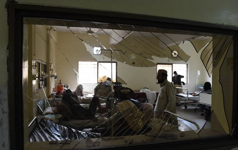 Pakistani victims injured in a suicide bombing are treated at a hospital in Quetta on August 8, 2016.   A Taliban suicide bomb packed with ball bearings tore through a Pakistani hospital on August 8 and killed at least 70 people, as witnesses described tearful staff rushing towards the smoking blast site to help the wounded. The bomber struck a crowd of some 200 people gathered at the Civil Hospital in the Balochistan provincial capital Quetta after the fatal shooting of a senior local lawyer earlier in the day. / AFP PHOTO / BANARAS KHAN