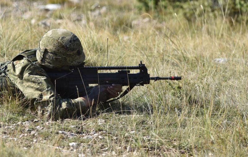 """Knin: U skolpu vojne vježbe Velebit 18 demonstrirana provedba napadnih operacija 13.10.2018., Knin - Vojna vjezba Velebit 18 - Zdruzena snaga glavni je obucni dogadjaj Oruzanih snaga RH u 2018 godini. Rijec je o zdruzenoj  intergranskoj vjezbi svih sastavnica Oruzanih snaga RH - kopnenih, pomorskih, zracnih snaga, specijalnih snaga te cyber snaga, a ujedno je i najslozenija vjezba Hrvatske vojske do sada u neprekidnom trajanju od 72 sata. NA vojnom poligon Crvena zemlja pripadnici 3. mehanizirane bojne """"Pauci"""" Gardijske mehanizirane brigade u vjezbi s bojevim gađanjem demonstrirali su provedbu napadnih operacija. Na vjezbi je bilo angazirano preko deset borbenih oklopnih vozila Patria te razna topnicka i protuoklopna sredstva. Photo: Hrvoje Jelavic/PIXSELL"""
