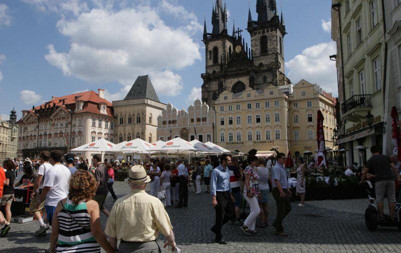 28.07.2013., Prag, Ceska - Prag ima 1,3 milijuna stanovnika, a 2011. godine ga je posjetilo vise od 15 milijuna turista.  Jedan od praskih trgova prepun turistickih atrakcija - Staromjestske namjesti. U pozadini je Tynska crkva. Photo: Marijan Susenj/PIXSELL