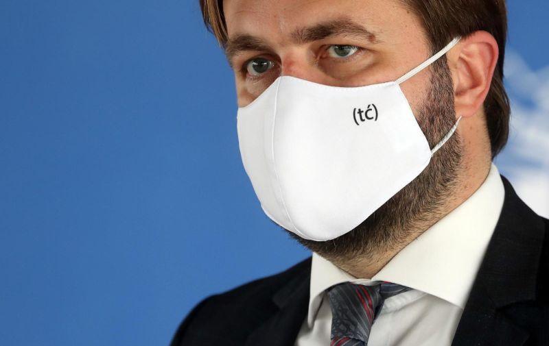 28.01.2021., Zagreb - Ministar Tomislav Coric iskoristio konferenciju za medije  i zastitnu masku da reklamira svoj Twitter. Photo: Zeljko Lukunic/PIXSELL